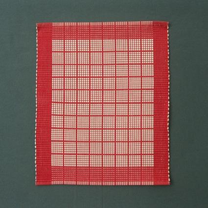 Tablett i rött och vitt vävd i varprips.Vävsedel finns i pärm nr 201 Rips, sida 11.