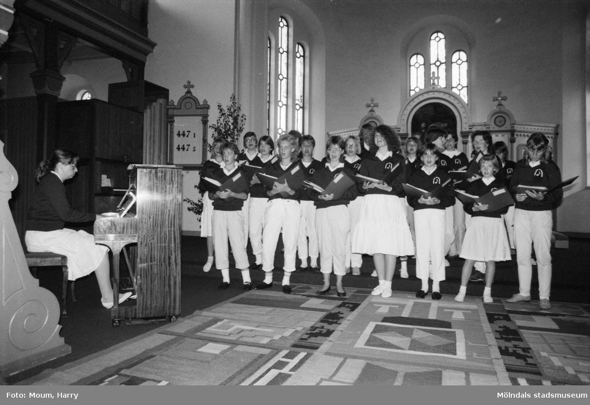 Kyrkogårdsvandring vid Lindome kyrka, år 1985. Jakobs ungdomskör från Borlänge.  För mer information om bilden se under tilläggsinformation.