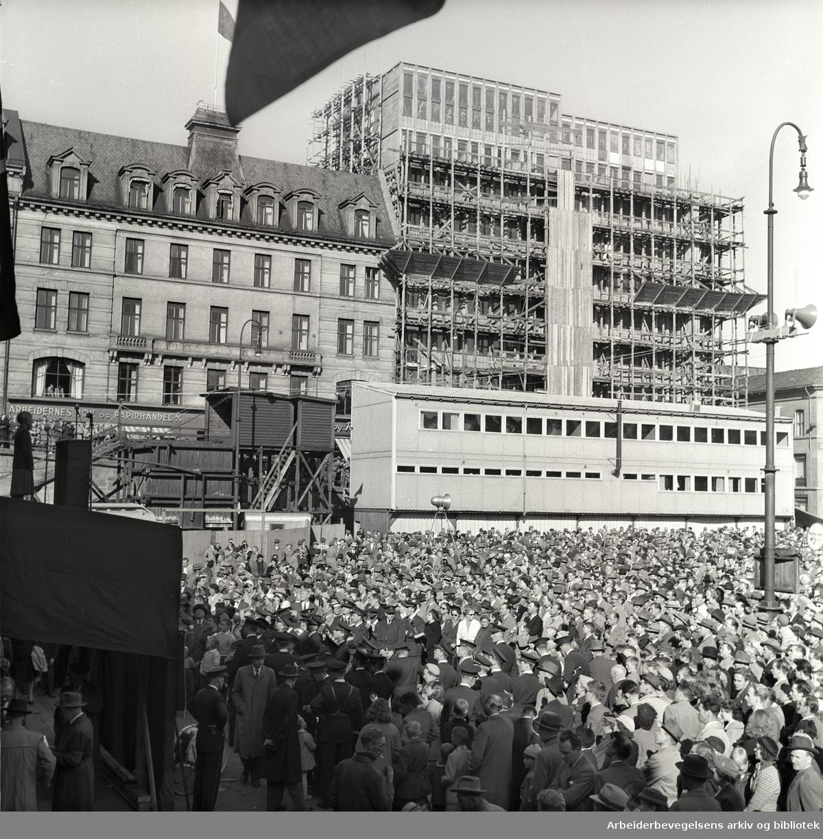 1. mai 1957, Youngstorget. I bakgrunnen: Det nye Folkets Hus bygges.