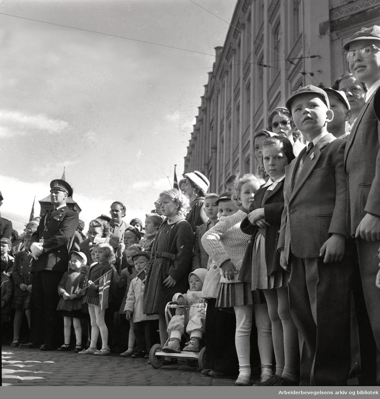 1. mai 1958 i Oslo.Tilskuere til demonstrasjonstoget.