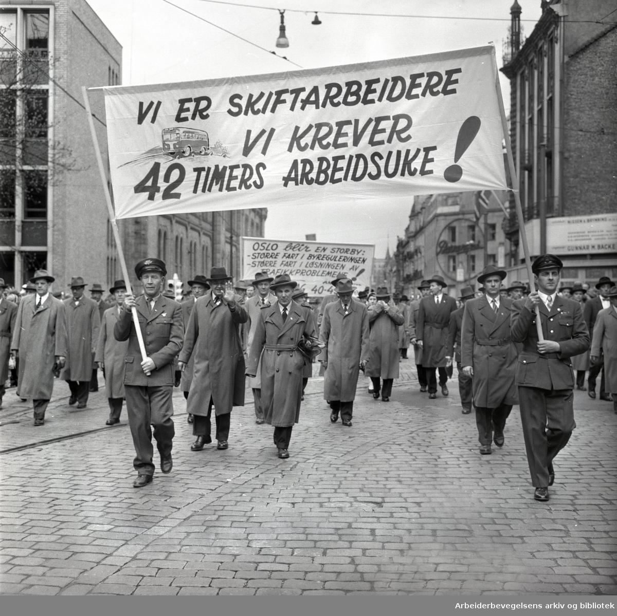 1. mai 1959 i Oslo.Karl Johans gate .Demonstrasjonstoget..Parole: Vi er skiftarbeidere.Vi krever 42 timers arbeidsuke!....