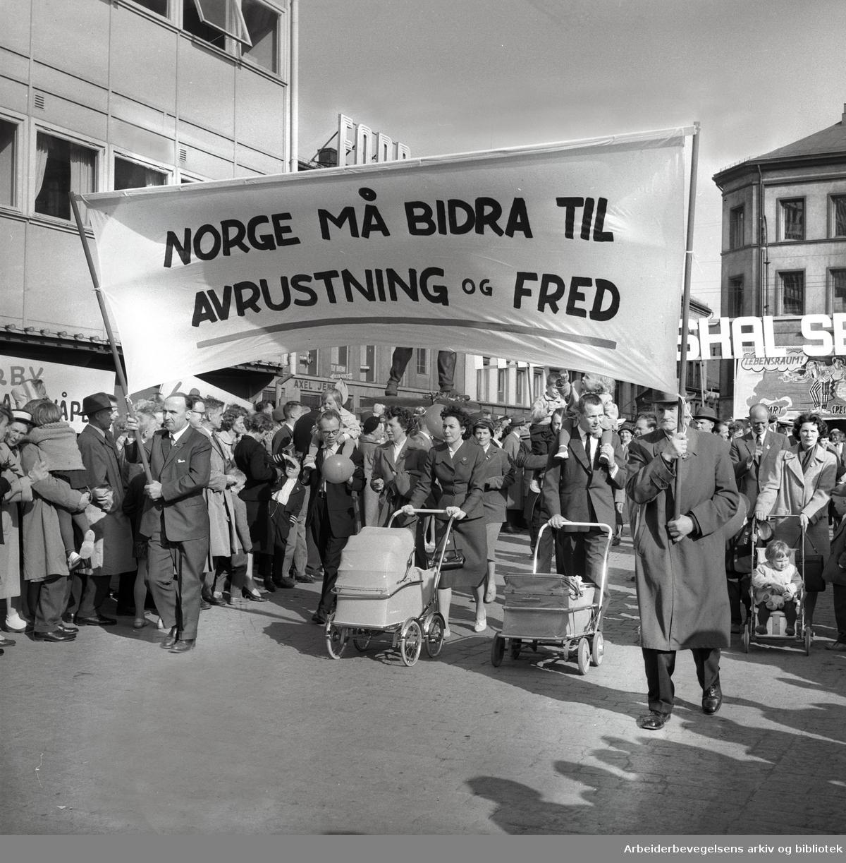 1. mai 1961, kommunistpartiets demonstrasjonstog inn på Youngstorget. Parole: Norge må bidra til avrustning og fred.