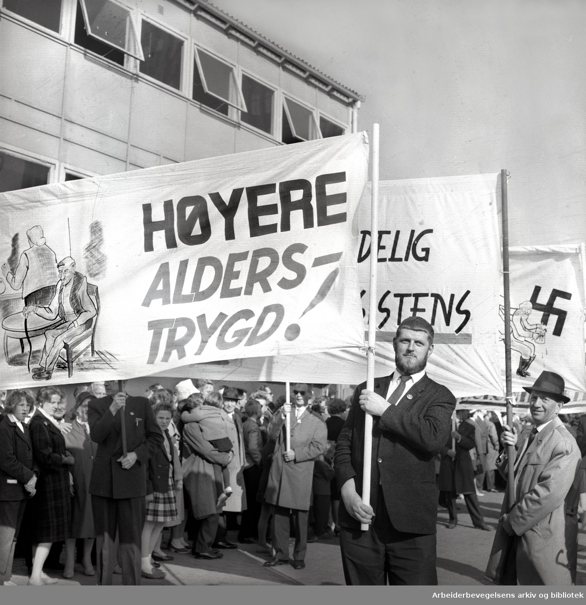 1. mai 1961 i Oslo, kommunistpartiets demonstrasjonstog på Youngstorget. Parole: Høyere alderstrygd!