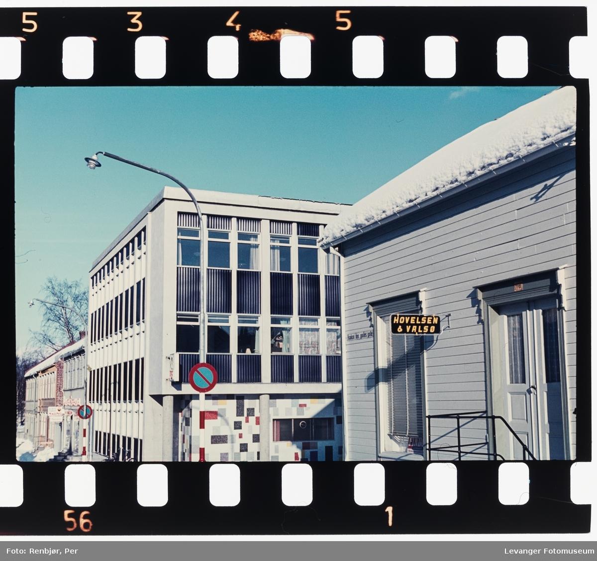 Ingrid Sitters kunstmosaikk på hjørnet av kontorbygget i Levanger