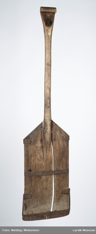 Form: jernbeslag på bladet, festet med spiker