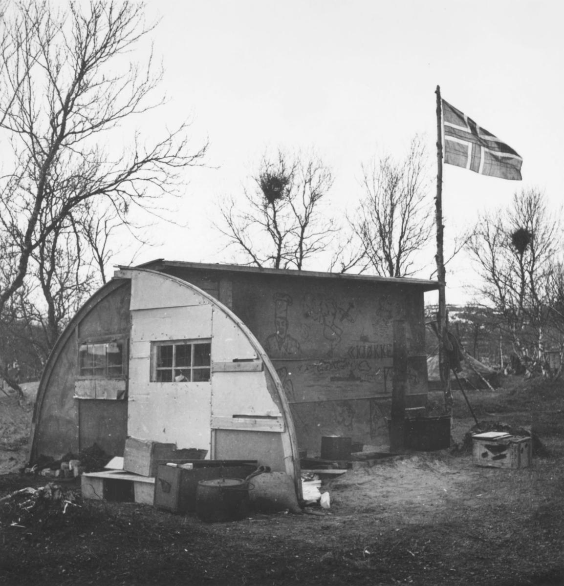 Militærleir med kjøkkenbrakke fotografert i Brennelv, Porsanger. Sannsynligvis er dette brakka som ble benyttet av norske frigjøringssoldater i 1944.