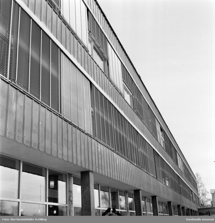 Reportagebilder till Lärartidningen från skolorna: Vibacke, Öde, Tomteskolan, Åkersvik, Nacksta. Bilderna visar på skiftande standard vid skolorna i Sundsvall 1970.