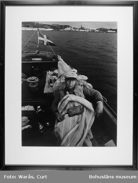 Allergiska besvär. Stig Grundberg drar en filt över sig när han skall sova i sin julle ute på sjön utanför Lysekil i oktober 1991.
