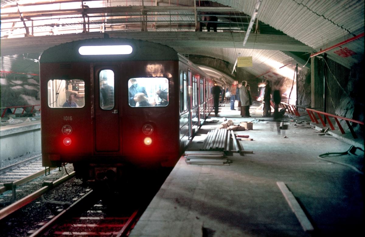 Romsås T-banestasjon før åpningen. Ekstratog for Lokaltrafikkhistorisk forening.