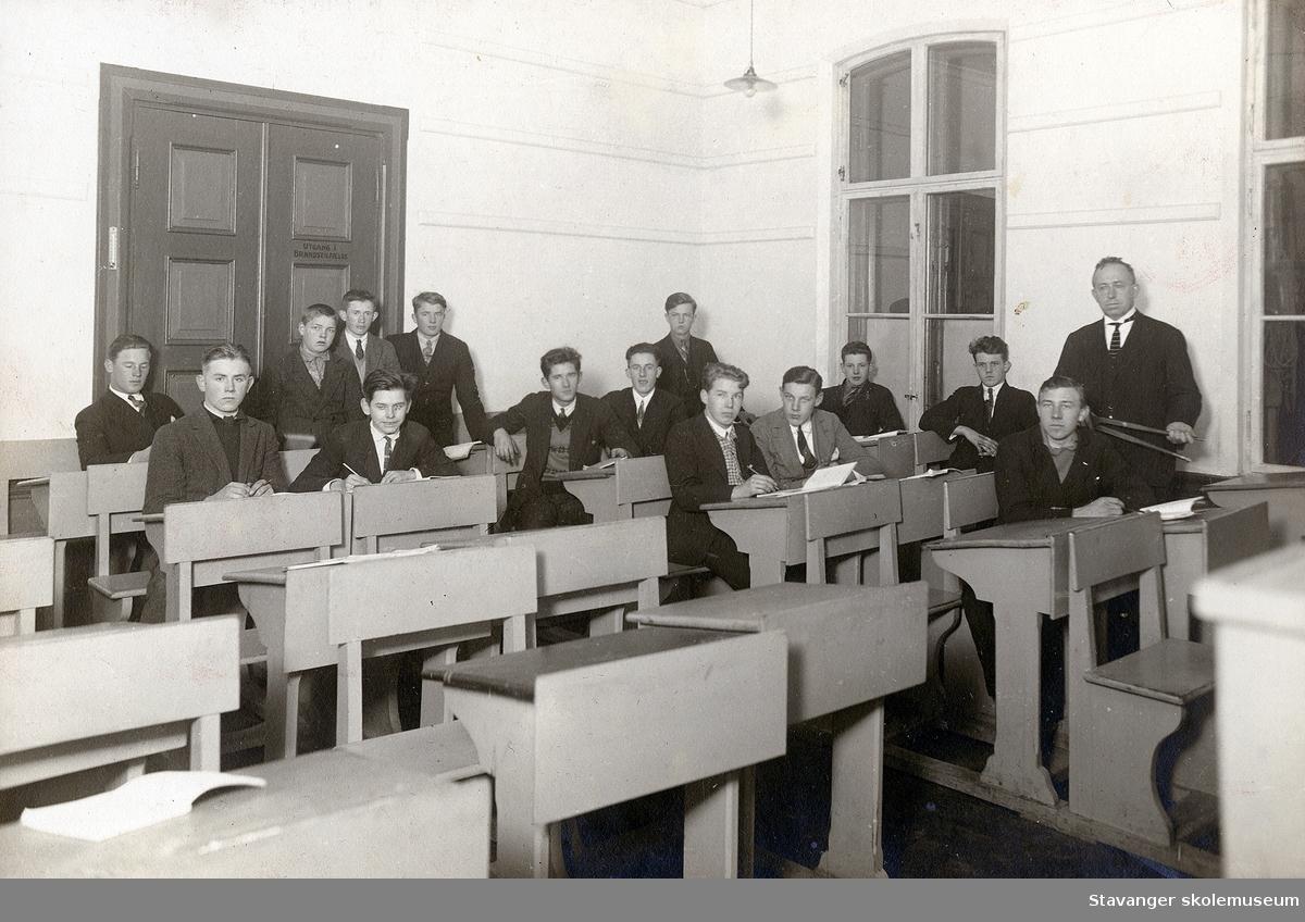 Klassebilde fra Stavanger tekniske skole. Skolen het tidligere Storm skole.