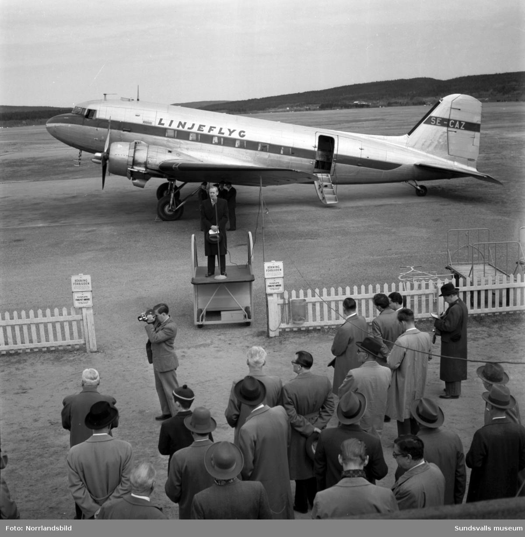 Premiär för Linjeflyg på Midlanda flygplats 1957. Pampig invigning med tal av såväl kommunikationsminister Gösta Skoglund som Linjeflygs direktör Sven Östling inför ett par hundra åskådare. Då var man fortfarande tvungen att åka färja ut till ön, bron kom i slutet av 1959.