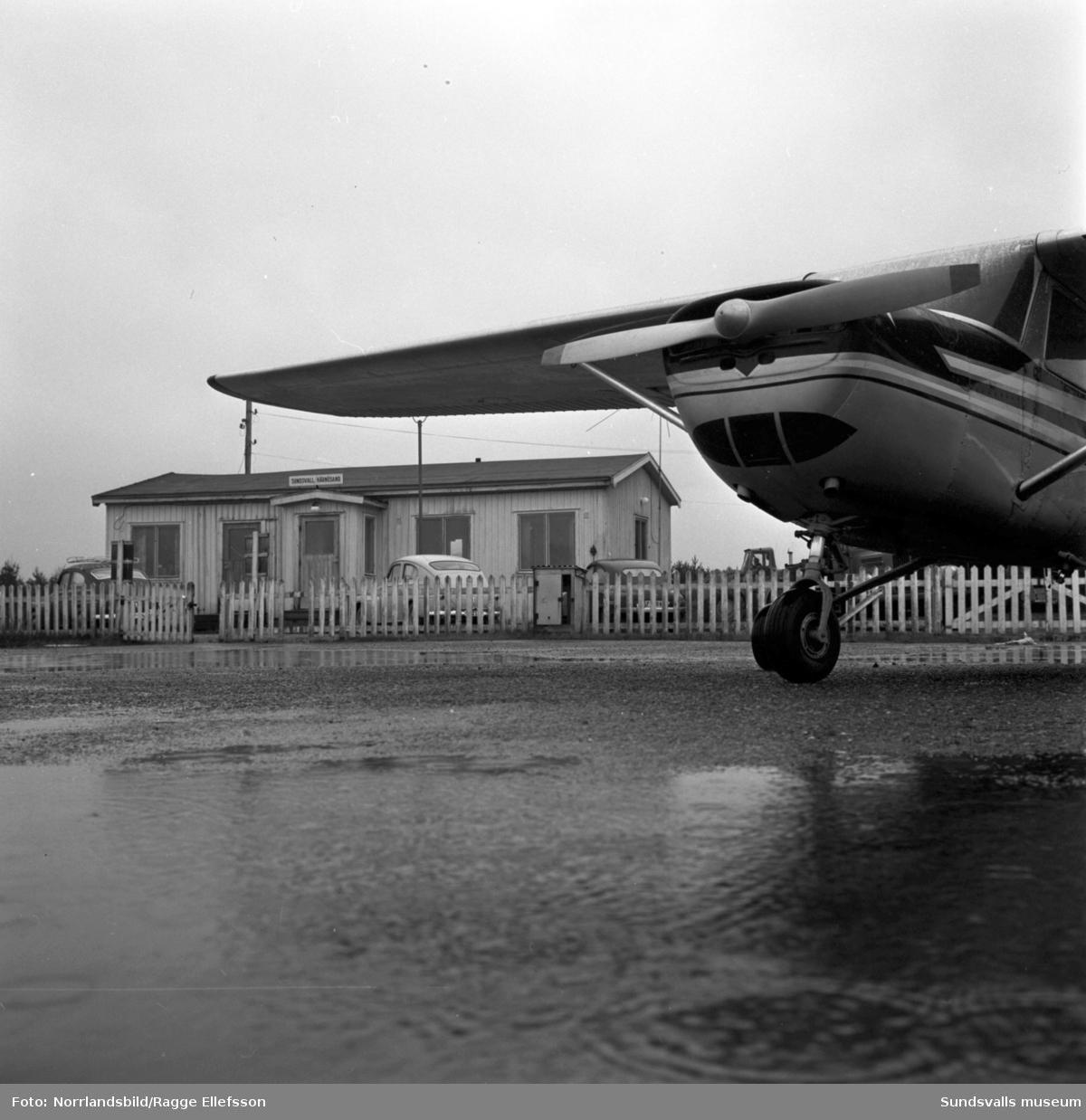 Sundsvalls flygklubb. Exteriör- och interiörbilder på flygplan. I bakgrunden syns baracken som tidigare varit Midlandas stationsbyggnad.