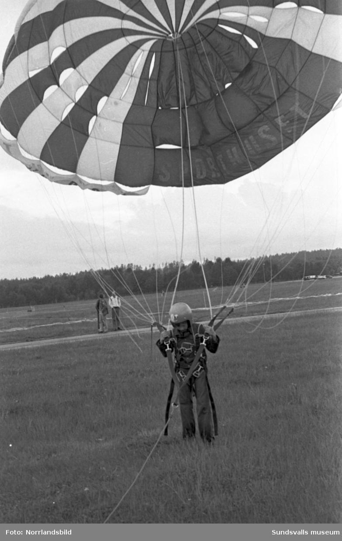 Fallkärmshoppning på Midlanda under Allmänflygets dag 1978.