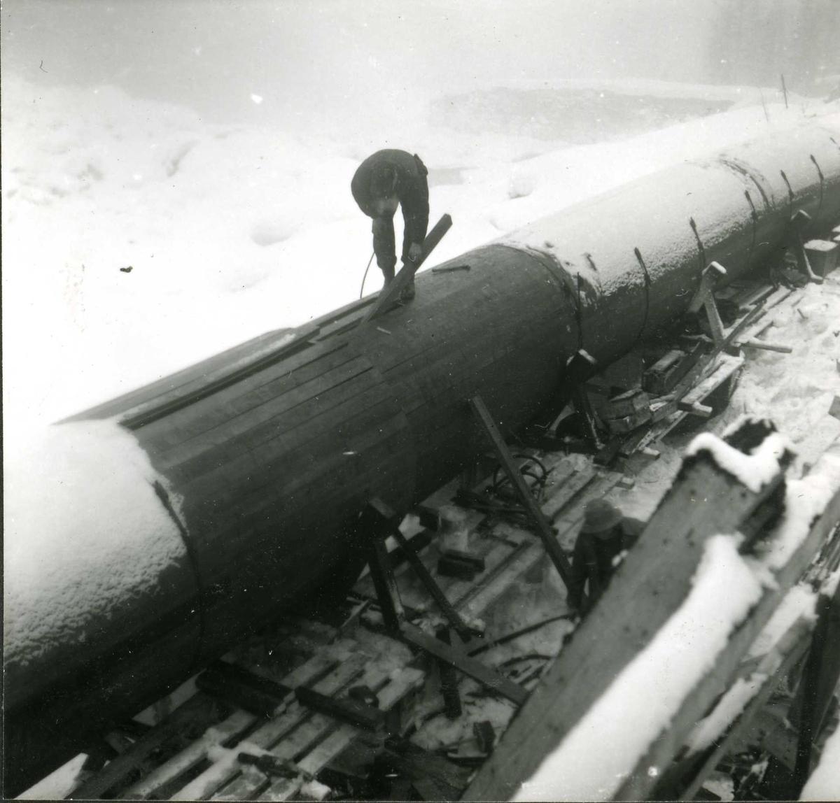 184-5 Person i arbeid rørgate Hyllandsfossen kraftverk