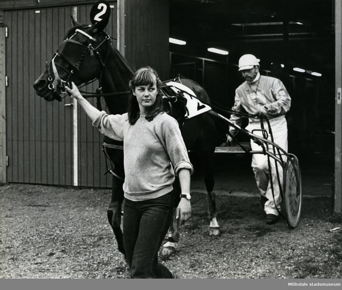 Björn Lindblom, travtränare från Värmland &  hästskötaren Tina utanför sommarstallet på Åby Stallbacke.   Blandade bilder inslamlade i samband med dokumentation av Åby Stallbackeoch Stallgårdarna 2015.
