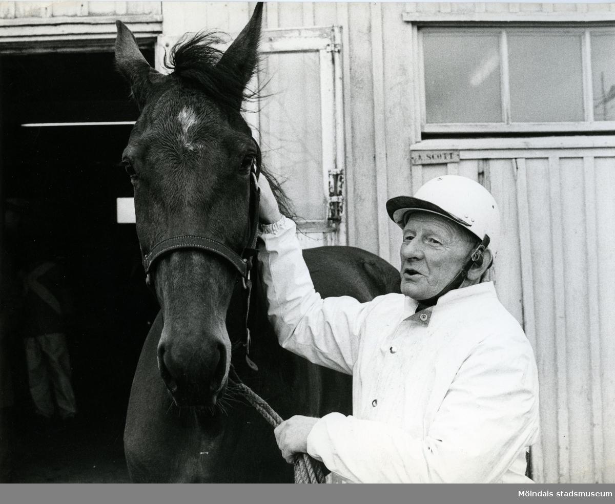Algot Scott utanför sitt stall 1968, välkänd travtränare stationerad på Åby.  Blandade bilder inslamlade i samband med dokumentation av Åby Stallbacke och Stallgårdarna 2015.
