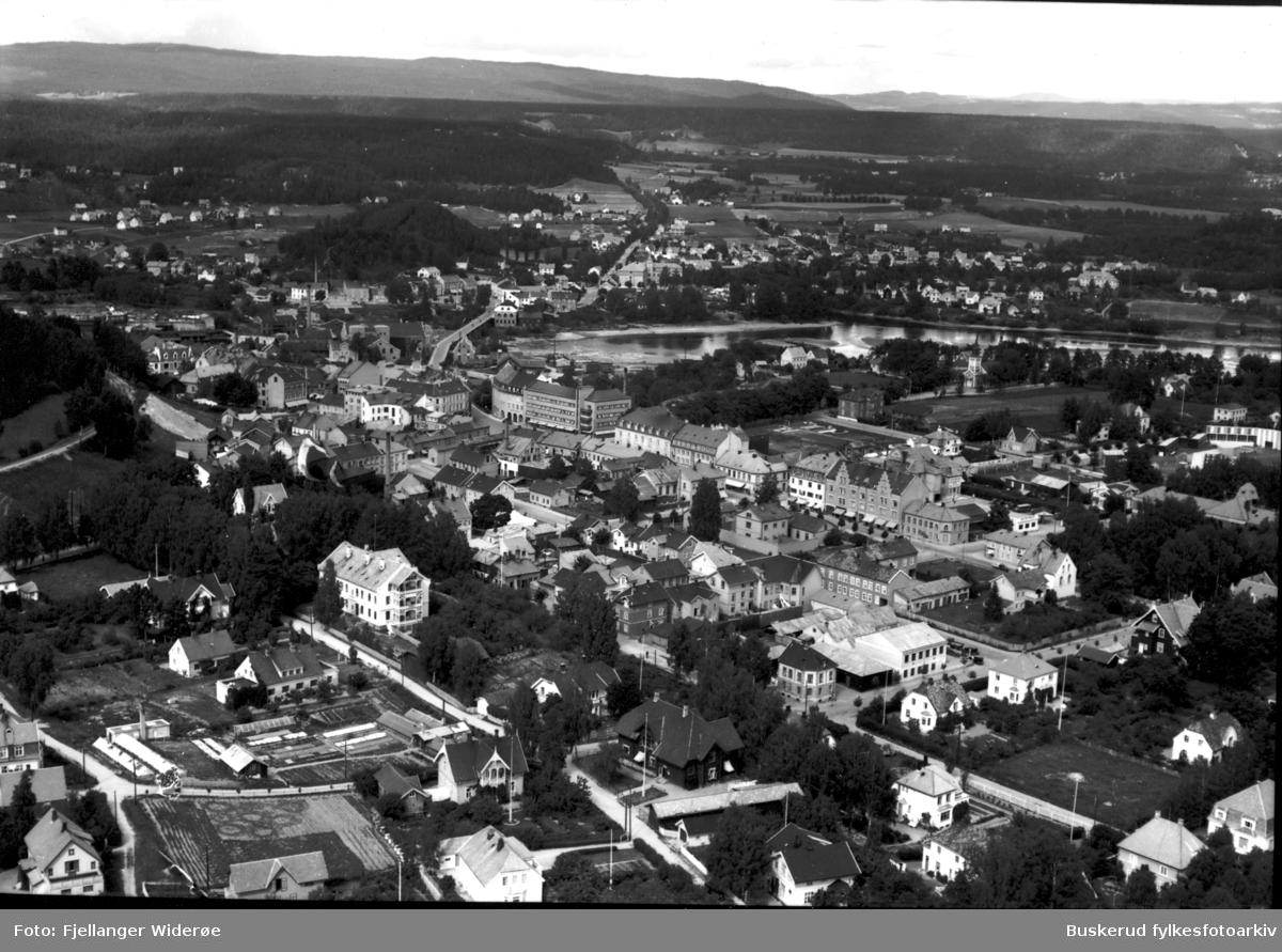 Sørsiden av Hønefoss  Gamle Grand Hotel på Helgesbråten, Norderhovsgata, Storgaten, Blomsgate, Kandidat Færdensvei, Hønefossen Tegleverk på Helgesbråten Hønefoss hjelpefengsel 1935