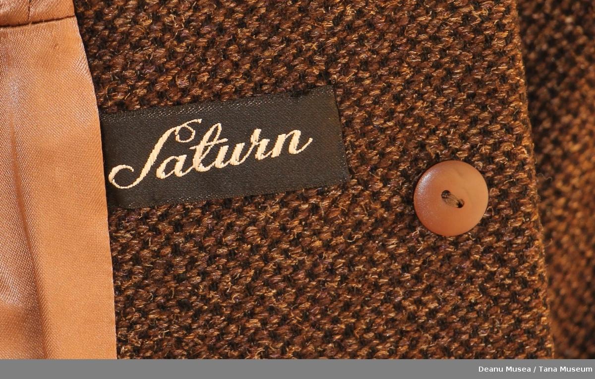 Brun kåpe med pelskrage og plast knapper. Lysebrunt polyesterfor.