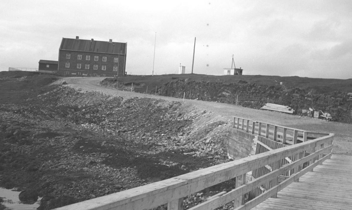 Det gamle fergeleiet på Vardø-siden ca. 1959-1960. Fergetrafikken begynte i 1959 og ferga hette Røsand.
