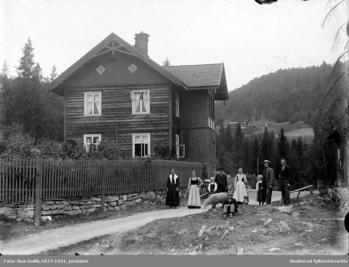 Familegruppe  Mogen Hovin Telemark Jørisdal i bakgrunn  1899
