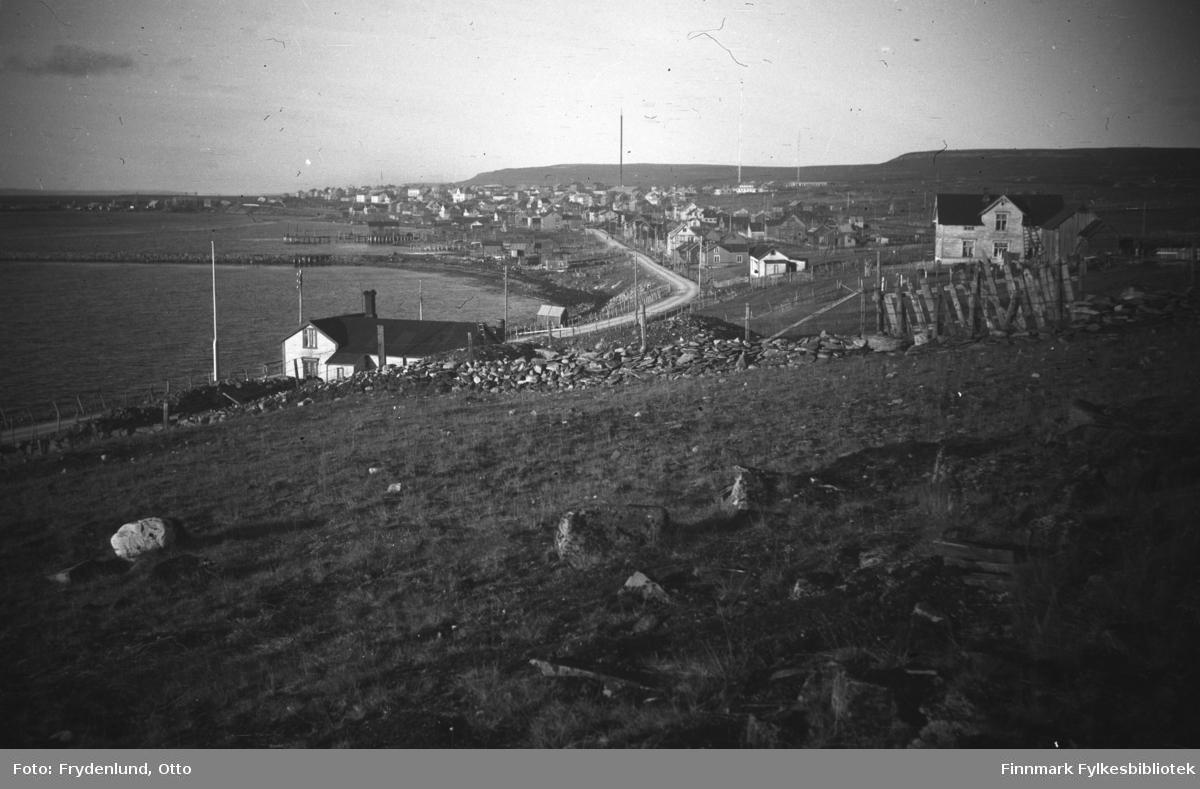 Vardøveien i Vadsø fotografert vestover mot sentrum. Vi ser også andre deler av ytrebyen