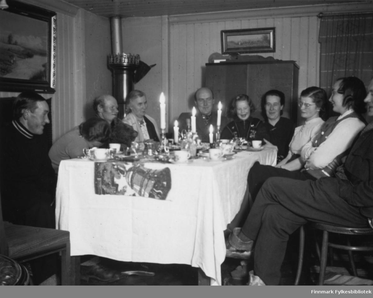 Nyttårsaften 1940. Selskap hos Aino og Onni Gunnari i Bugøyfjord. Fra venstre ser vi Mattis Ole Pandur, hushjelpen, Jon Hivand, Gertrud Gunnari, Onni Gunnari, Pia Gunnari, Aino Gunnari, Solveig Evanger, Ella Gunnari og Sverre Joki.