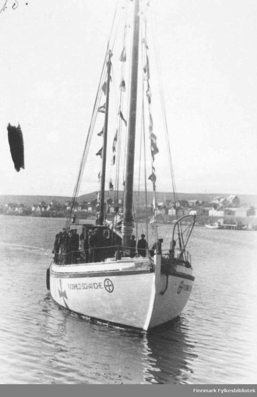 Bildet viser: Fra kronprins Olav's besøk sommeren 1945. Redningsskjøyta Ranghild Schanche på havna i Vadsø.