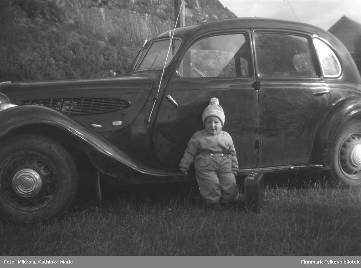 Asle Lindseth med kjeledress og en liten koffert foran en personbil (førkrigs BMW) på Mikkelsnes.