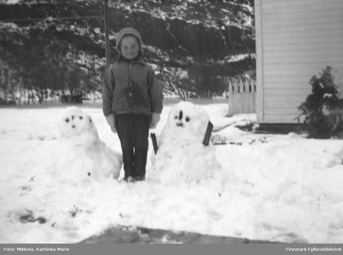 Anita Lindseth i snøen utenfor Mikkelsnes, ca. 1964-1966. Hun har laget snømenn