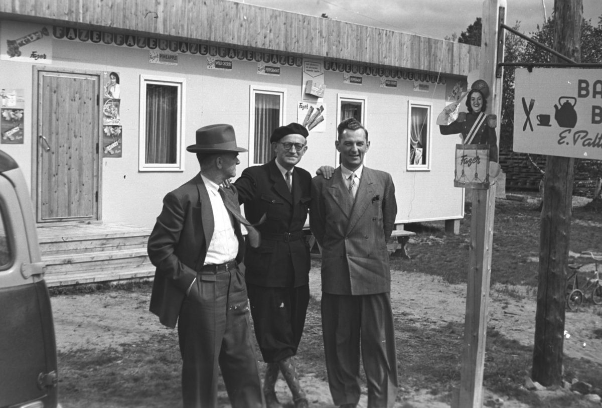 Leif Hauge(til venstre på bildet) og to ukjente menn utenfor en bar/kro i Nuorgam i Finland.