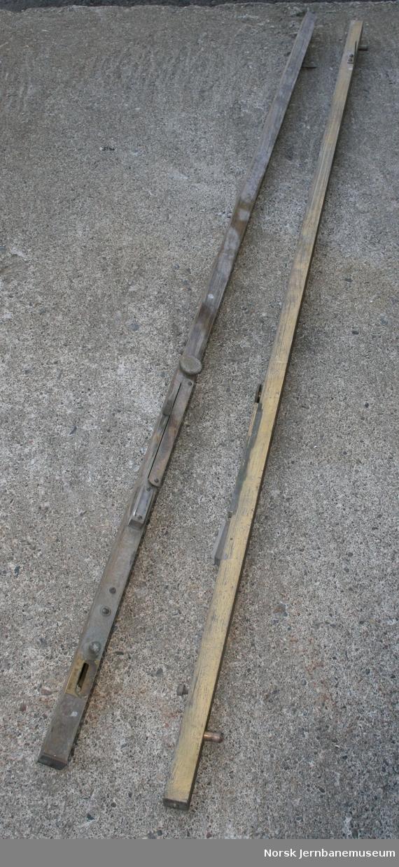 2 like måleverktøy med libelle, for måling av skinnegangens overhøyde i kurver osv.