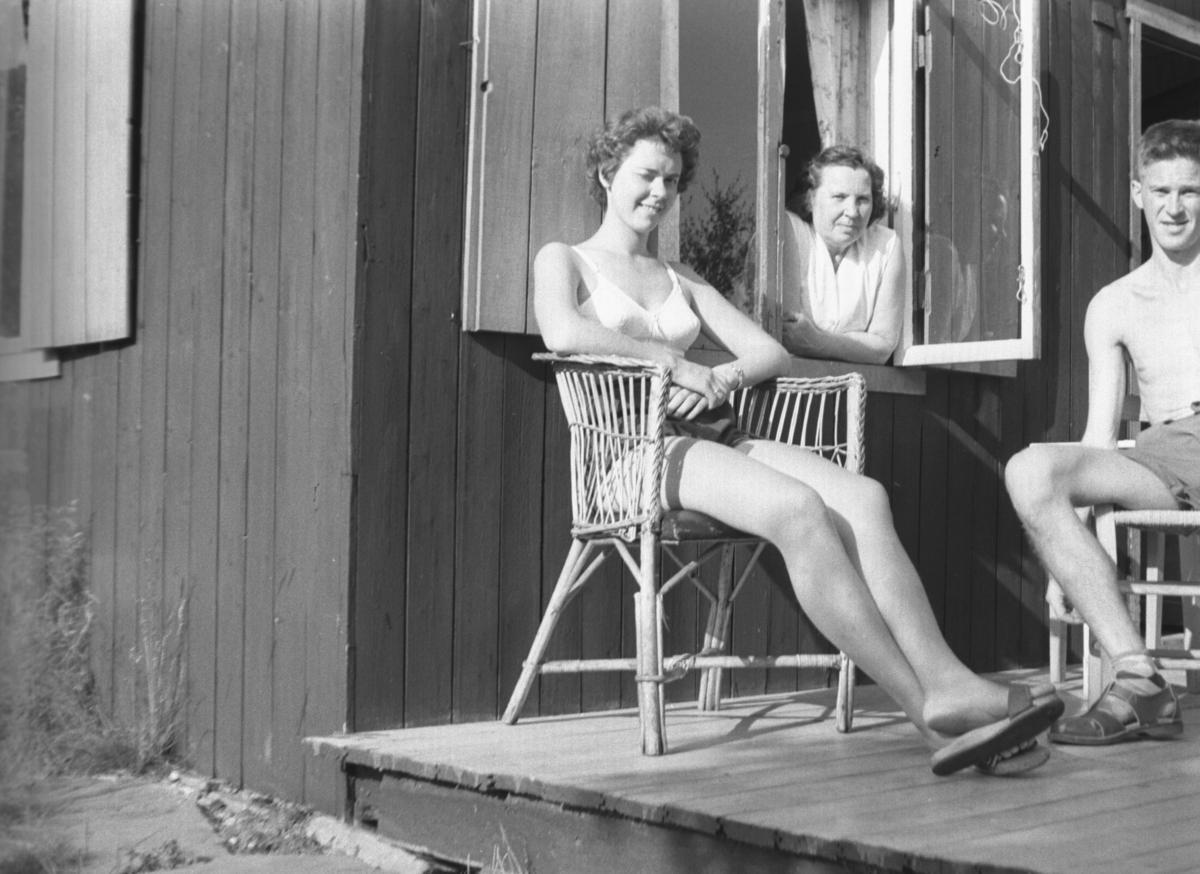 Tre personer fotografert på hytta i Andersbyskogen en sommerdag. De er fra venstre: Aslaug Fykse, Frida Hauge og Tor Hauge.