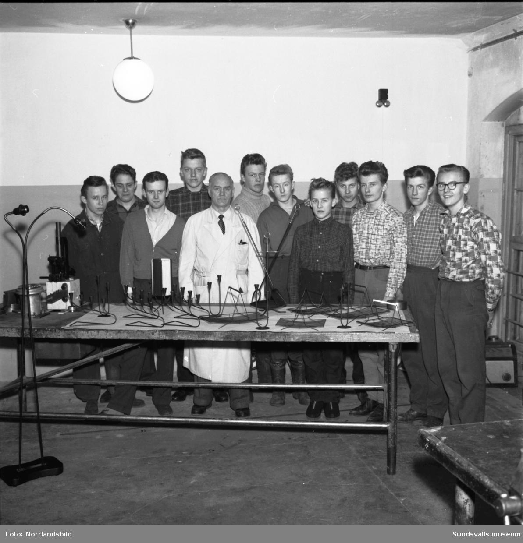 Verkstadsskolans mekaniska avdelning. Gruppbild med tillverkade julprydnader.