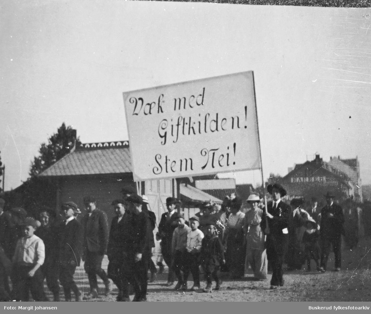 Protest-tog i Hønefoss mot alkohol  over S.Torg Totalavholdsforeningene stod sterke på Ringerike