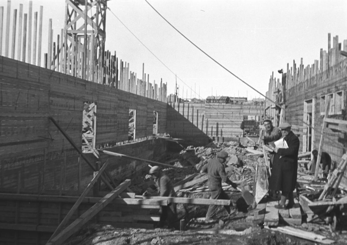 Bygging av dampskipskaia med lager i Vadsø etter andre verdenskrig. Personene på bildet er ukjente.