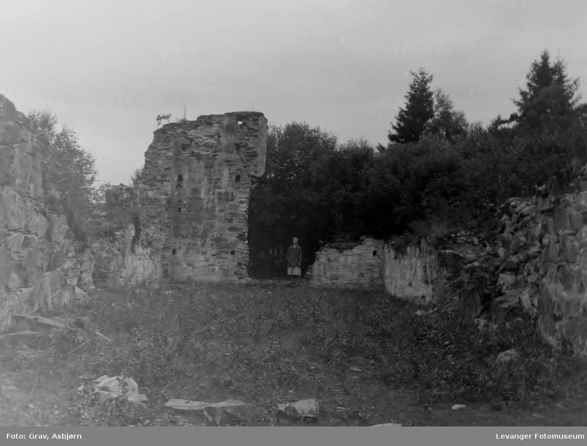 Munkeby klosterruin, en kvinne står midt i bildet.