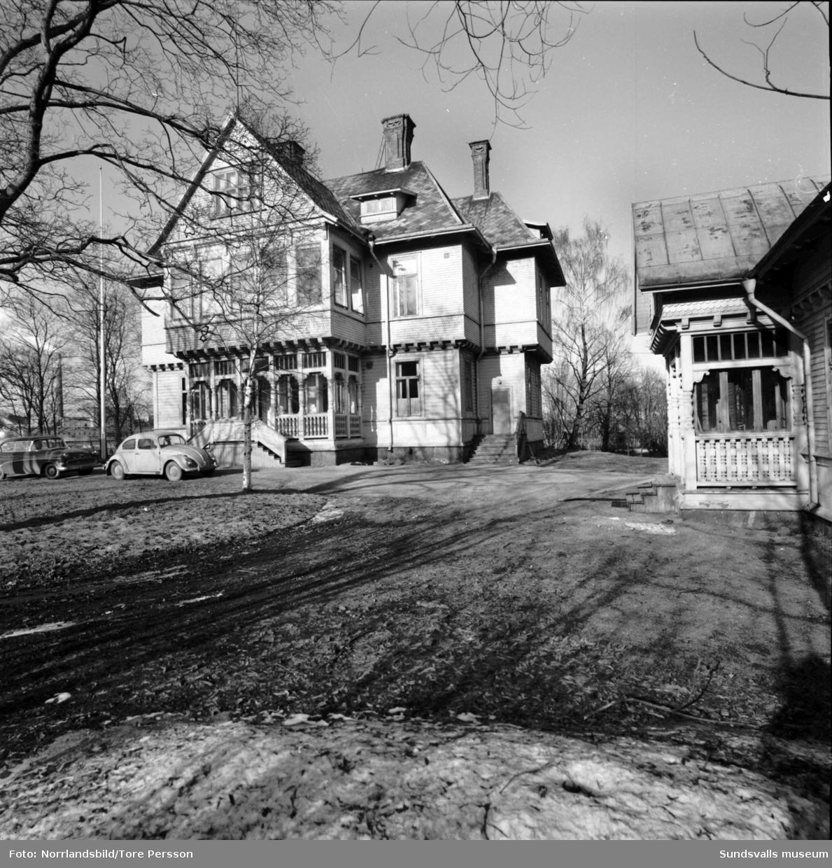 Skönviks gamla disponentbostad där Röda Korset har symöte. Kvinnan längst bak till vänster på andra bilden är Inga-Britt Mellgren och framför henne står hennes sexåriga dotter Eva. Sista bilden visar verkstadsskolan vid gården.
