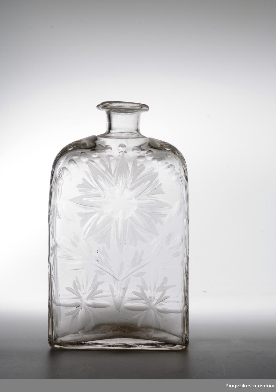Kantineflaske m/ dekor opprinnelig laget for reiseskrin  Antas å være av utenlandsk opprinnelse  Flasken mangler kork