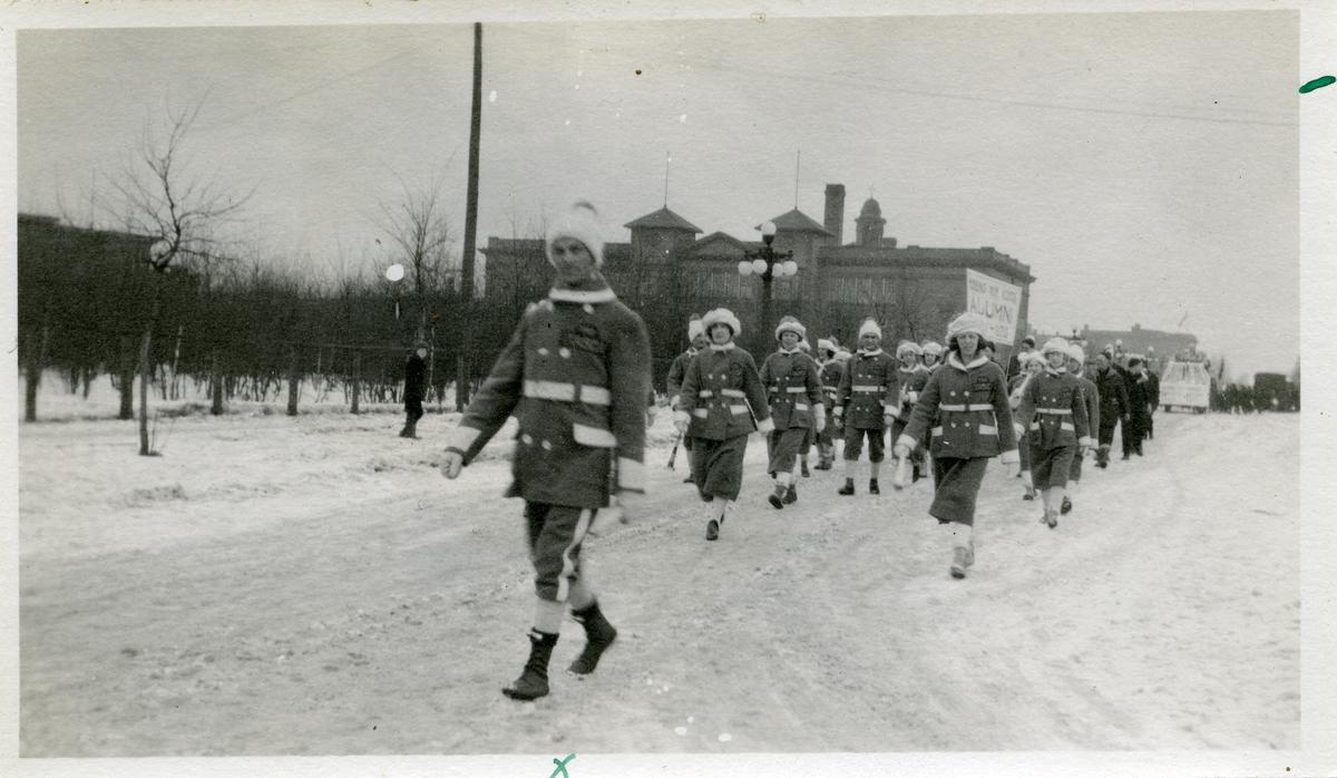Motivet er en parade. Bildet er tatt i Minnesota Itasca februar 1921. Fremst i paraden går Ingvald Brekken.