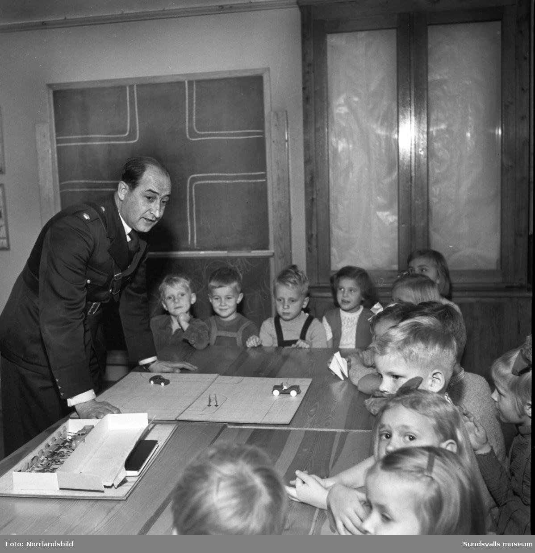 Trafikundervisning på Vita bandets lekskola. Läraren Anna Lilja ses på bild 2.