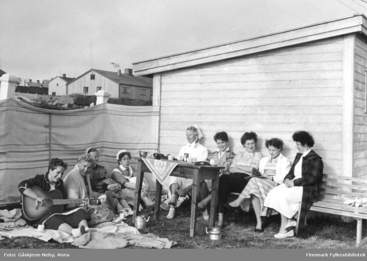 Utenfor Vadsø sykehus, på slutten av 1950 tallet. Kaffekos i solveggen. Bildet er tatt av Anna Gåskjenn Neby.