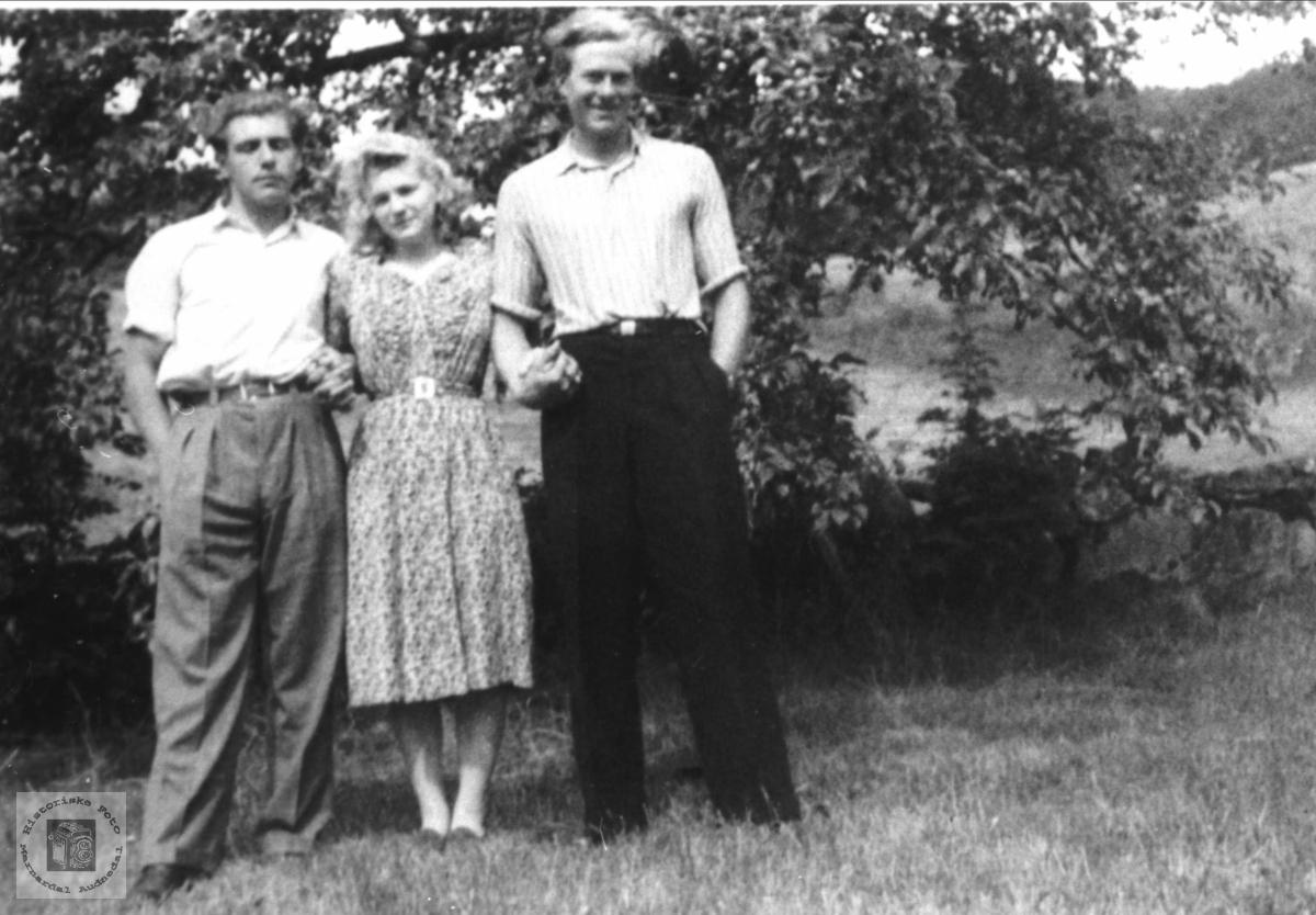 """""""En kjæreste i hver arm"""". Halvar Bråten, Sigrid Sveinall og Olav Ellefsen."""