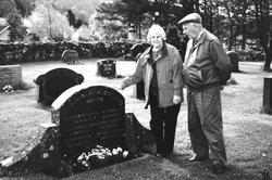 Ved grava til de omkomne ved brannen.