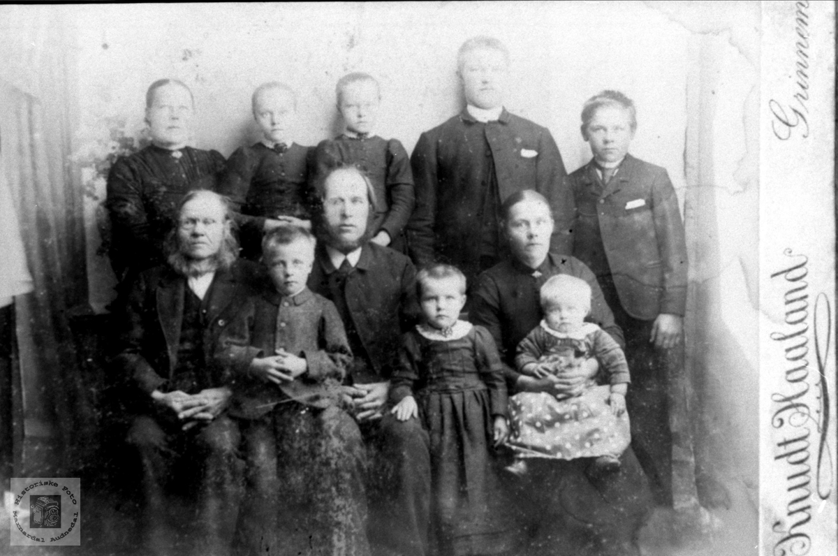 Familiebilde.Sveinall- og Ubostad-folk.