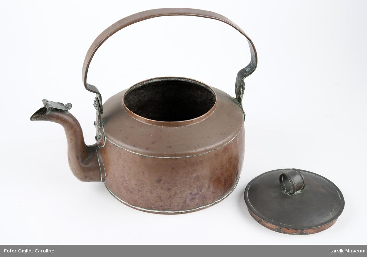 Form: flat bunn/tut med lokk/håndtak festet med beslag