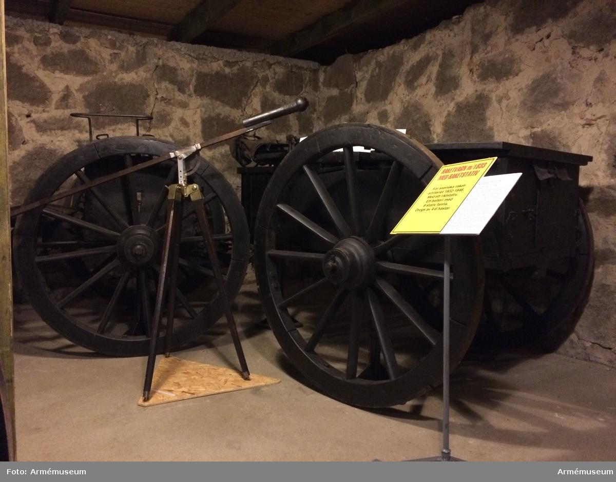 Grupp F:IV.(överstruken) VI. Raketvagn använd av Kungl. Raketkåren 1833-1845. Vagnen är fullkomligt lika den till 1831 års materiel hörande ammunitionsvagnen, med den skillnad, att de båda bakvagnskistornas sidoväggar sammanlöpa i ett enda plan.   Samhörande: 148:1 föreställare 148:2 tistel tistelbåge, svänglar på springvågen 148:3 förvåg med 2 svänglar (148= 4 & 5) , 148:6 tistel i reserv 148:7 tistelhylsa, oljeflaska av koppar, gehäng till oljeflaska, fodral av bleck till brännare, raket, hammare, gehäng till rakethammare, reketstativ m. 1 skruvmejsel och skruvnyckel förvar. i gehäng för oljeflaska, fodral till raketstativ, 2 raketväskor, 3 hänglås med nycklar.