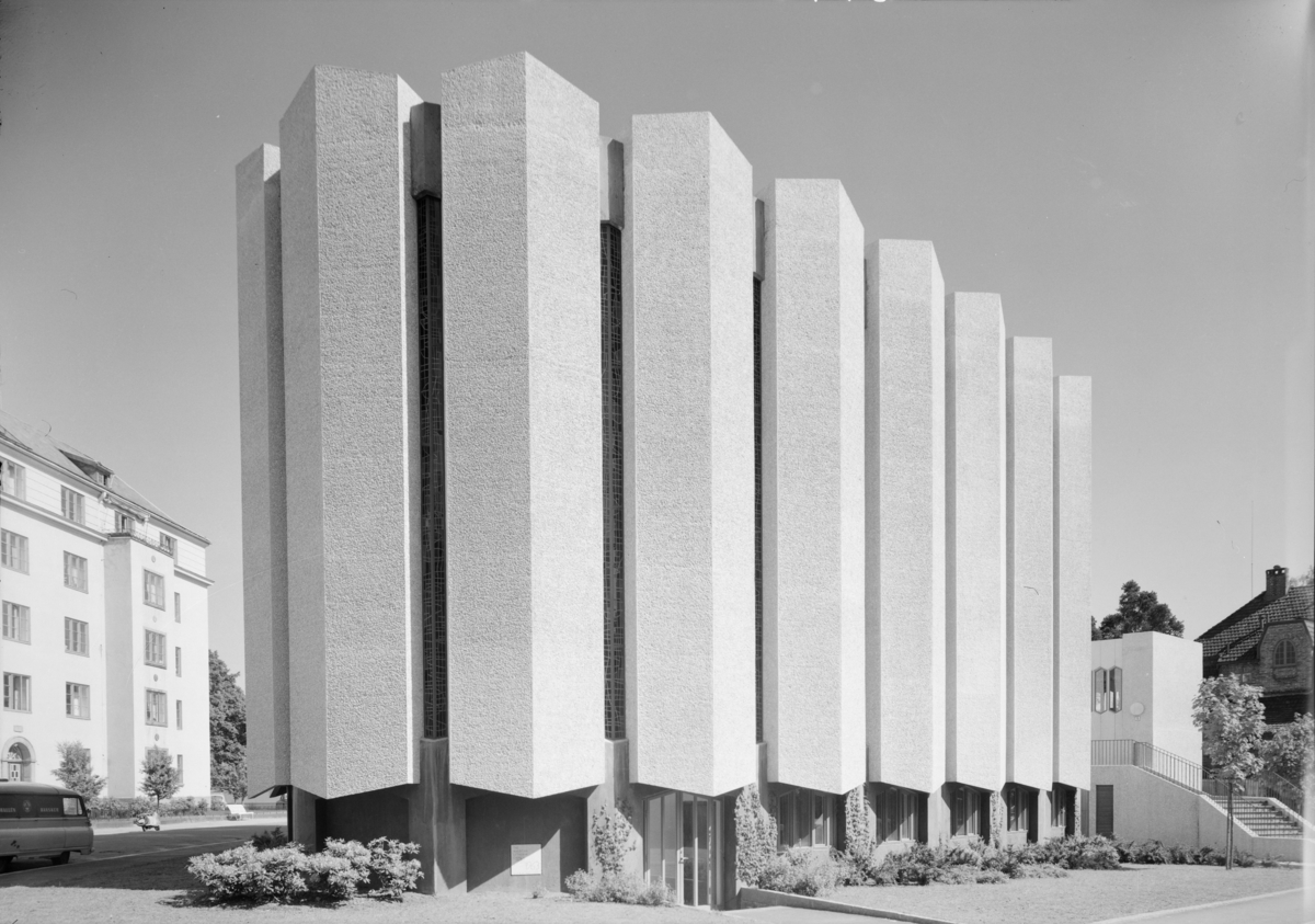 Arkitekturfoto av den evangeliske, amerikanske kirken på Frogner i Oslo. Kirken blei innviet 11 oktober 1964.