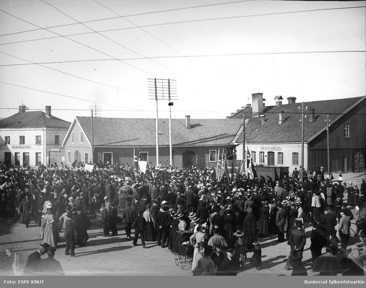 Folkemøte på S.Torg foran Hønefoss bryggeri