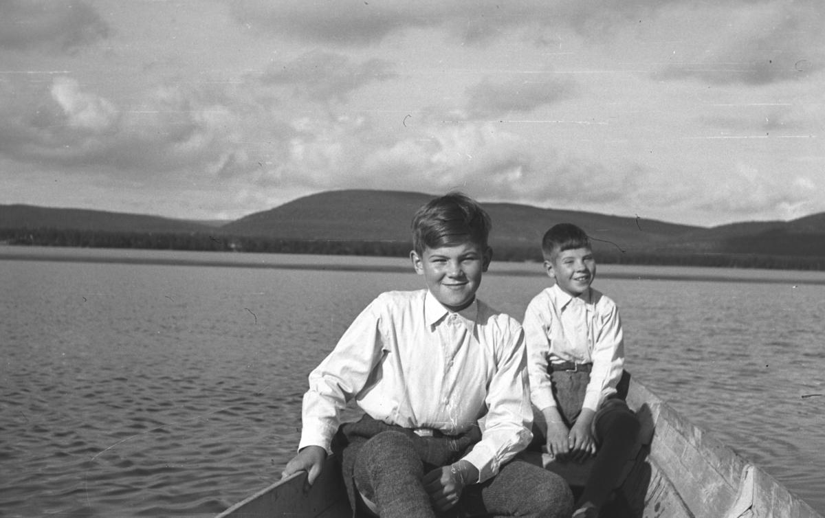 Øystein (til venstre på bildet) og Rolf Hauge i en elvebåt ved Rustefjelbma