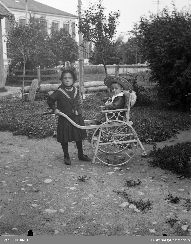 Familien Espe. to barn, en i en rullestol